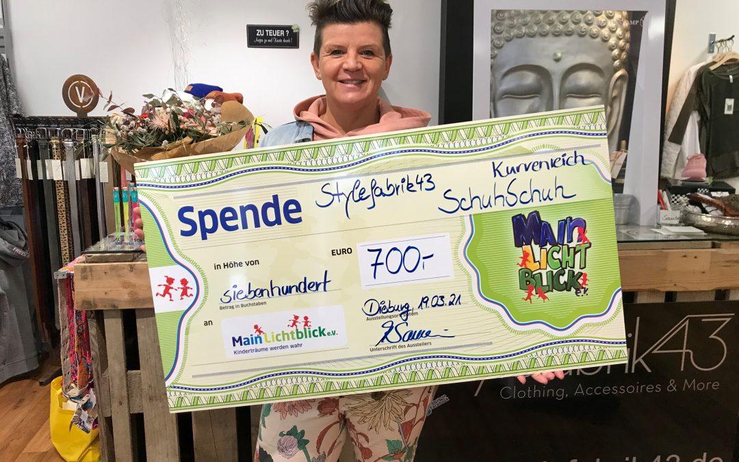 """Mirja Sauerwein überreicht """"stylische"""" Spende an MainLichtblick."""